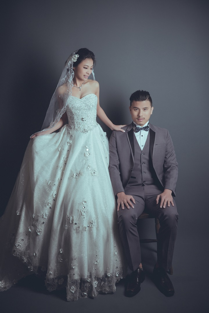 棚內素背景婚紗照